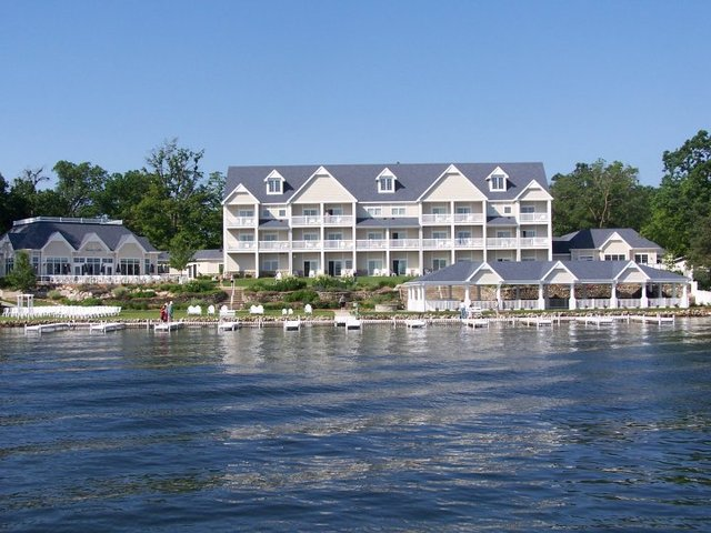 Exterior view of Bay Pointe Inn.