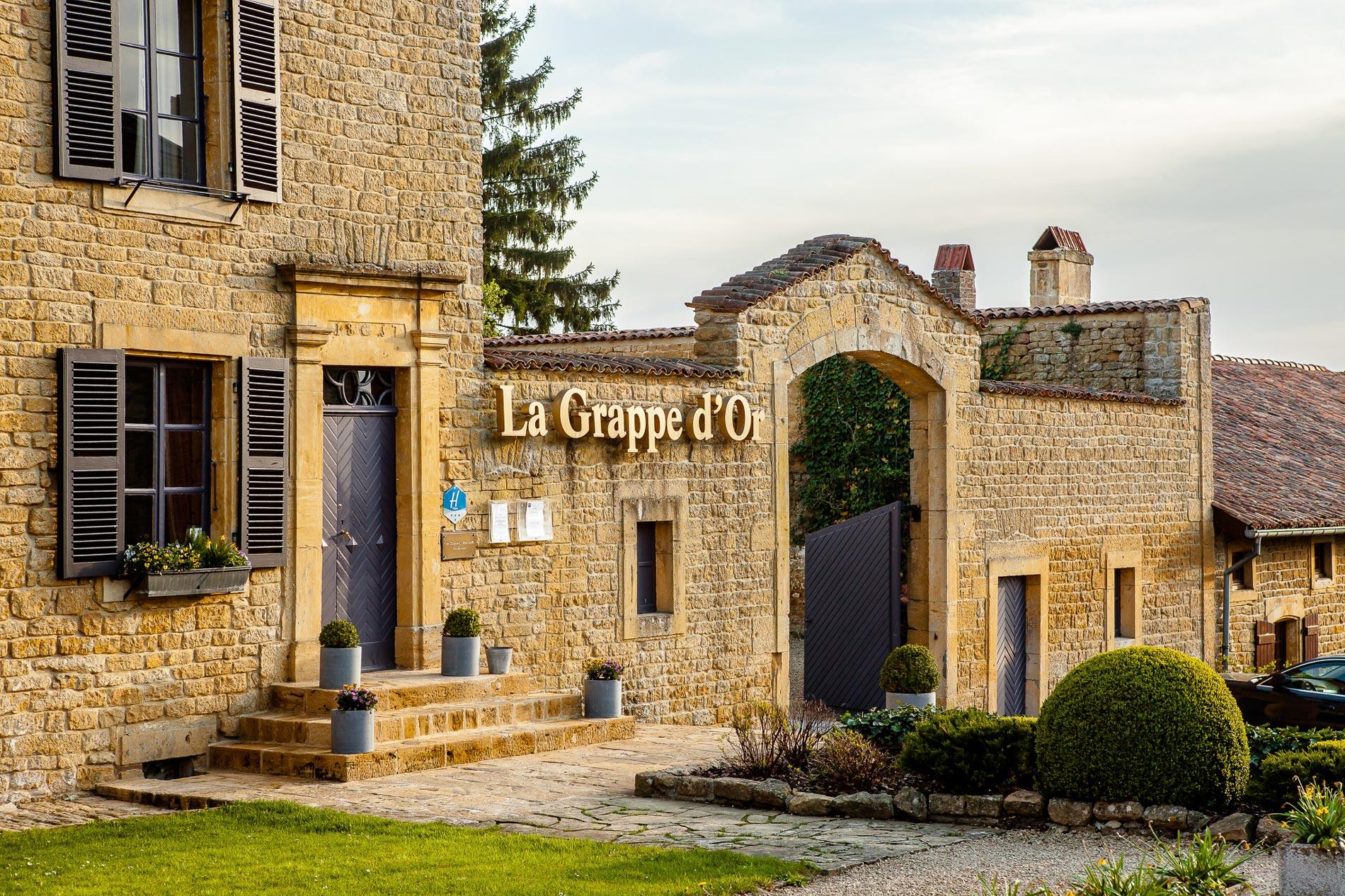 Exterior view of Auberge de la Grappe d'Or.