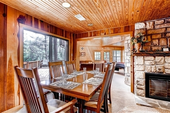 Cabin dining room at Hummingbird Cabins.