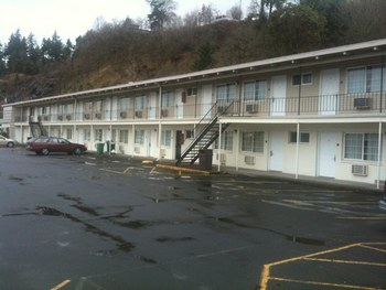 Exterior view of Kalama River Inn.