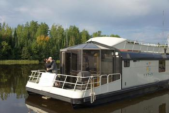Couple at Ebel's Voyageur Houseboats.