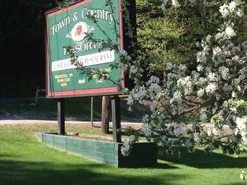 Entrance to Town & Country Resort at Stowe