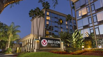 Exterior view of Red Lion Hotel Anaheim.