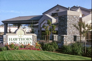 Exterior view of Hawthorn Inn & Suites.