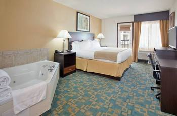 King jacuzzi suite at Branson 76 Central Holiday Inn Express.