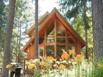 Cabin exterior at Trout Lake Cozy Cabins.