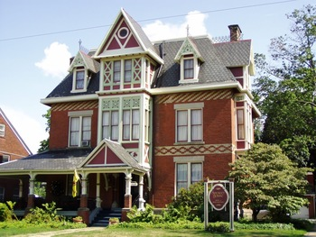 Exterior view of Spencer House Bed & Breakfast.