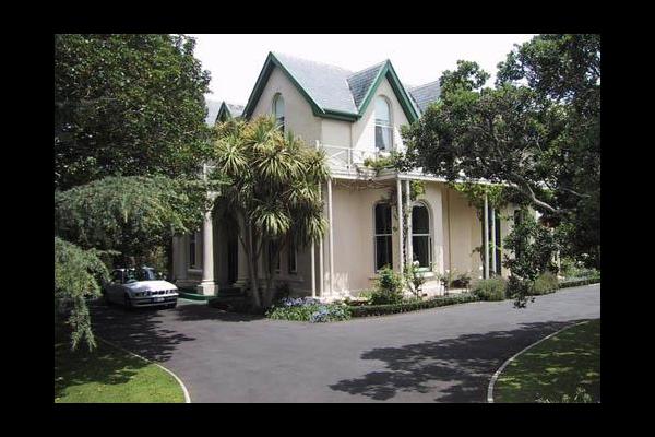 Exterior view of Earnscliff Mansion Devonport.