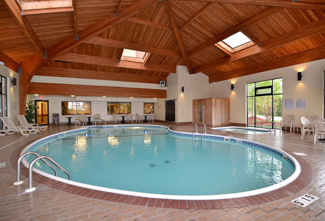 Comfort inn suites branson meadows branson mo for Branson mo cabins with indoor pool