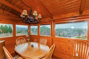 Cabin dining table at Golfview Vacation Rentals.