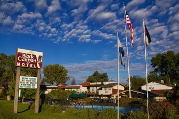 Exterior View of Black Canyon Motel.