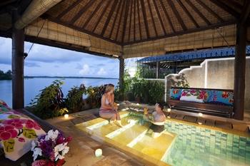 Couple at Manta Ray Bay Hotel & Yap Divers.