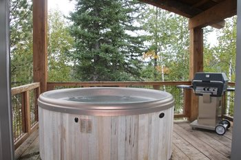 Cabin whirlpool at Deadwood Connections.