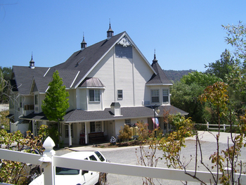 Exterior view of Hounds Tooth Inn.