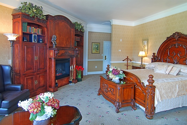 Governor's Suite is the best of the best, our favorite.  It's at the top of the turret.  The UltraBath therapy tub has a fireplace & tv at it's foot.
