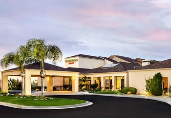 Exterior view of Courtyard by Marriott Fresno.