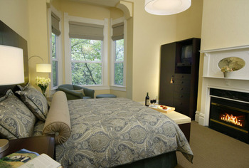 Guest room at Healdsburg Inn On The Plaza.